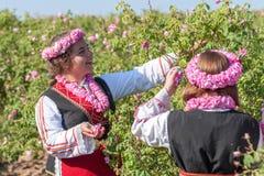 Ragazze che posano durante il festival di raccolto di Rosa in Bulgaria fotografie stock