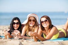 Ragazze che prendono il sole sulla spiaggia Fotografia Stock Libera da Diritti