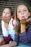 Ragazze che saltano un bacio Fotografie Stock