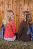 Ragazze che si esaminano reciprocamente e sorridere Fotografia Stock Libera da Diritti