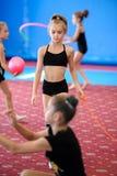 Ragazze che si esercitano durante la classe di ginnastica Fotografie Stock