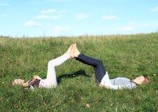 Ragazze che si trovano nell'erba Fotografia Stock