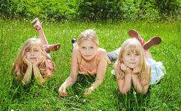 Ragazze che si trovano sull'erba verde Immagine Stock