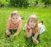Ragazze che si trovano sull'erba verde Fotografie Stock Libere da Diritti