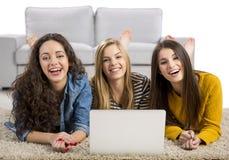 Ragazze che studiano a casa Immagini Stock