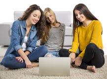 Ragazze che studiano a casa Fotografia Stock