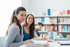 Ragazze che studiano nell'aula Immagini Stock Libere da Diritti