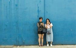 Ragazze cinesi che prendono foto del fotografo Immagini Stock Libere da Diritti