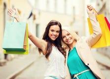Ragazze con i sacchetti della spesa in città Immagini Stock