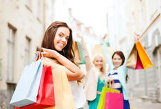 Ragazze con i sacchetti della spesa in ctiy Fotografia Stock Libera da Diritti
