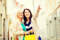 Ragazze con i sacchetti della spesa in ctiy Fotografie Stock Libere da Diritti