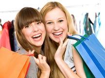 Ragazze con i sacchetti di acquisto Fotografia Stock Libera da Diritti