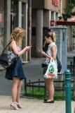 Ragazze con i telefoni Fotografie Stock Libere da Diritti