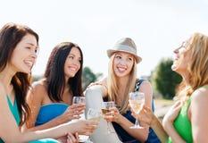 Ragazze con i vetri del champagne sulla barca Immagine Stock