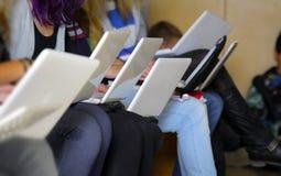 Ragazze con il computer portatile Fotografia Stock Libera da Diritti