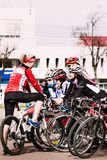 Ragazze con le biciclette all'apertura della stagione di riciclaggio Homiel', bel Fotografia Stock