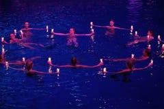 Ragazze con le candele in un cerchio in stagno ai campioni olimpici di manifestazione Immagine Stock Libera da Diritti