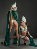 Ragazze con le intrecciature lunghe in vestiti per i balli erotici Immagini Stock Libere da Diritti