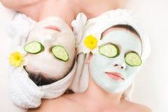 Ragazze con le maschere di protezione sopra Fotografia Stock