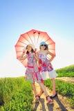 Ragazze con un ombrello fotografia stock libera da diritti