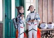 Ragazze in costumi dell'astronauta con i jetpacks fotografia stock