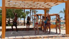 Ragazze d'istruzione dell'istruttore di ballo per ballare ballo mobile Gruppo femminile che balla insieme video d archivio