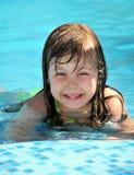 Ragazze da nuotare nel raggruppamento immagine stock