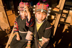 Ragazze dal gruppo etnico di Akha in vestiti tradizionali Immagini Stock Libere da Diritti