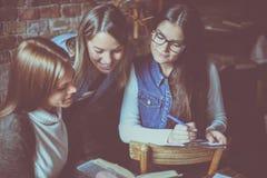 Ragazze degli studenti che leggono insieme libro Fotografia Stock Libera da Diritti