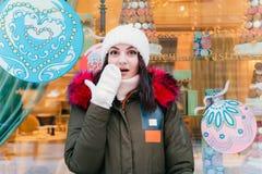 Ragazze del potrtet di inverno sulle vetrine del fondo fotografie stock