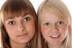 Ragazze del ritratto due del blonde e dei brunettes Fotografia Stock