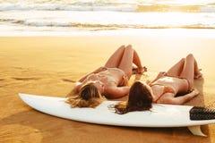 Ragazze del surfista fotografia stock libera da diritti