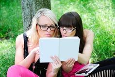 Ragazze dell'allievo che leggono il libro Fotografia Stock