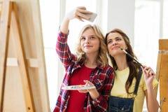 Ragazze dell'artista che prendono selfie allo studio o alla scuola di arte Fotografia Stock Libera da Diritti