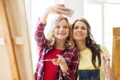 Ragazze dell'artista che prendono selfie allo studio o alla scuola di arte Fotografia Stock