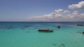 Ragazze dell'yacht della spiaggia sabbiosa dell'isola di fotografia aerea nell'Oceano Indiano stock footage