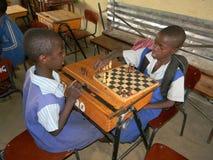 Ragazze della scuola primaria che giocano scacchi Fotografia Stock