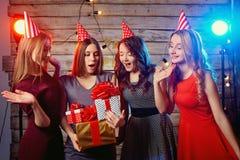 Ragazze delle amiche della festa di compleanno La donna di Yong in cappelli con presen fotografie stock libere da diritti