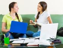Ragazze dello studente che studiano a casa Immagini Stock