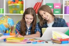 Ragazze dello studente a classe con il computer portatile Fotografie Stock
