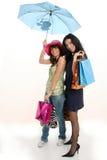 Ragazze di acquisto con l'ombrello Immagine Stock