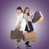 Ragazze di acquisto sorridenti felici Fotografia Stock