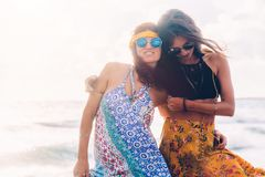 Ragazze di Boho che camminano sulla spiaggia Immagini Stock Libere da Diritti