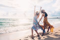 Ragazze di Boho che camminano sulla spiaggia Fotografia Stock Libera da Diritti