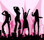 Ragazze di Dancing sulla città Fotografie Stock Libere da Diritti
