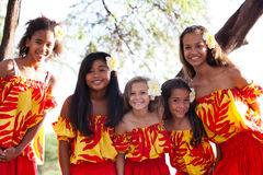 Ragazze di hula polinesiane che sorridono alla macchina fotografica Fotografia Stock Libera da Diritti