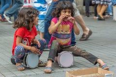 Ragazze di via che giocano i tamburini Fotografia Stock