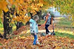 Ragazze di Yong nella stagione di autunno fotografia stock libera da diritti
