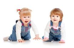 Ragazze divertenti dei bambini che strisciano sul pavimento Fotografia Stock Libera da Diritti