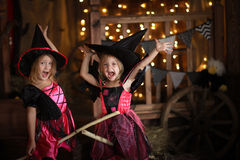 Ragazze divertenti dei bambini in costume della strega per il backg di buio di Halloween fotografie stock
